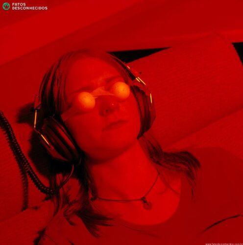 woman-undergoing-ganzfeld-telepathy-experiment-jeremy-walker