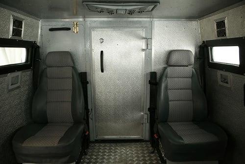 Ele possui ar condicionado no teto e cintos de segurança pra todos os ocupantes