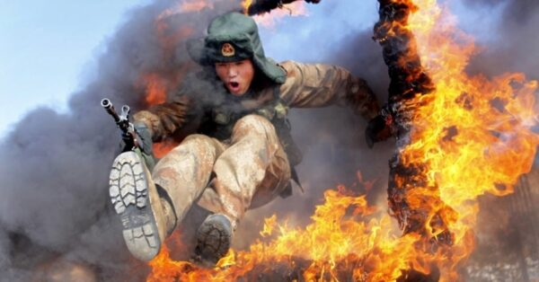 5mar2014---soldado-do-exercito-da-liberacao-do-povo-atravessa-anel-de-fogo-em-treinamento-em-heihe-na-provincia-de-heilongjiang-na-china-1394020794019_956x500