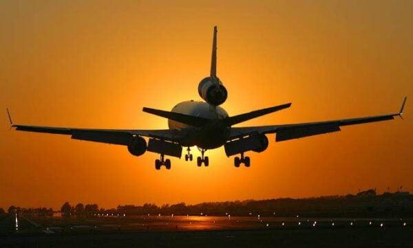avião-por-do-sol