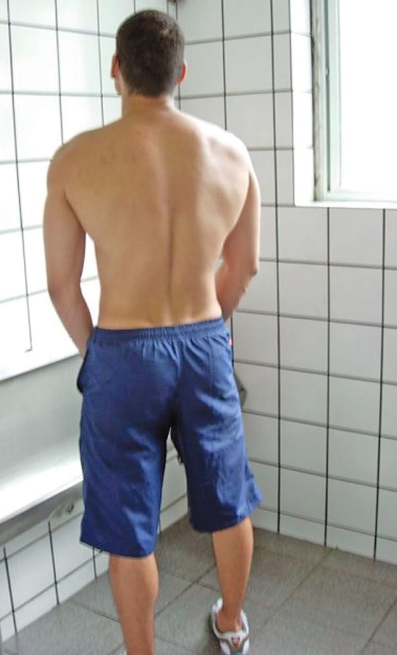 Homem-urinando-no-banheiro-cor