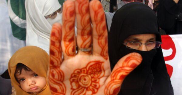 4set2012---mulheres-saem-em-passeata-para-defender-o-uso-do-veu-islamico-hijab-na-cidade-de-lahore-no-paquistao-nesta-terca-feira-4-1346782188602_956x500