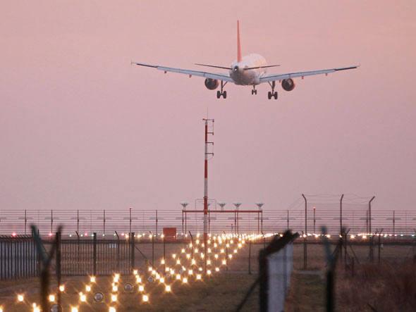 size_590_Avião_decolando_de_aeroporto