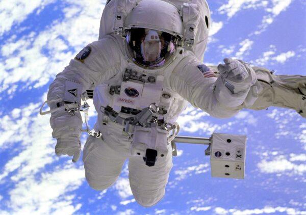 105457_Papel-de-Parede-Astronauta_1024x768