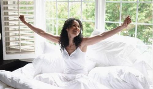 Mulher-acordando-feliz