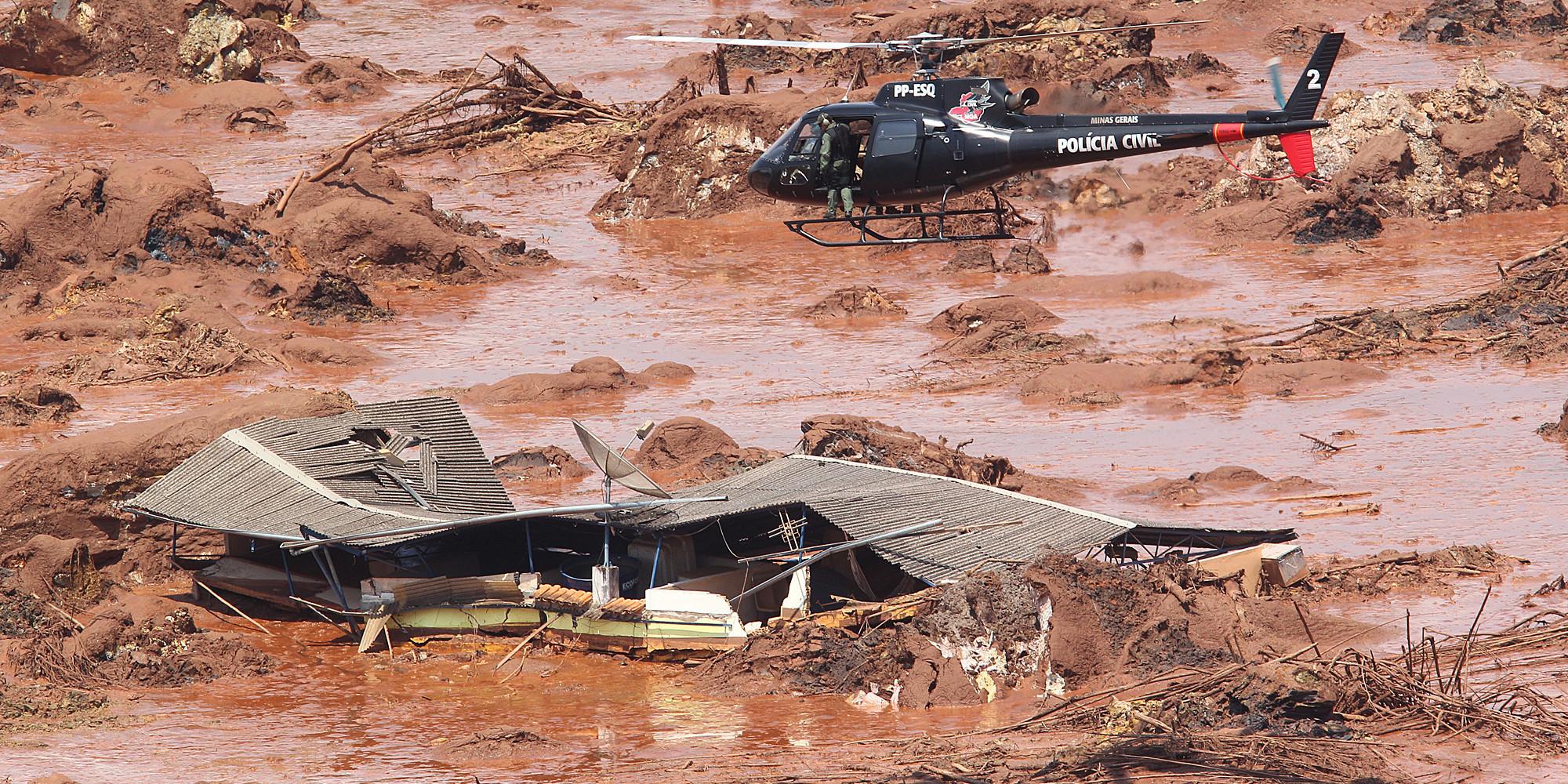 MG - BARRAGEM/MG/ROMPIMENTO/CORREÇÃO - GERAL - ATENÇÃO: CORREÇÃO DE LEGENDA. Estragos   causados em Bento Rodrigues, distrito   de Mariana, em Minas Gerais, que foi   atingido por rejeitos de mineração   depois de rompimento de duas     barragens da empresa Samarco. O     distrito tem aproximadamente 600     moradores. A sala de apoio do Batalhão     de Operações Aéreas de Corpo de     Bombeiros de Minas Gerais informou     nesta sexta-feira, 6, que cerca de 500     pessoas já saíram ou foram resgatadas     de Bento Rodrigues.    06/11/2015 - Foto: MÁRCIO FERNANDES/ESTADÃO CONTEÚDO