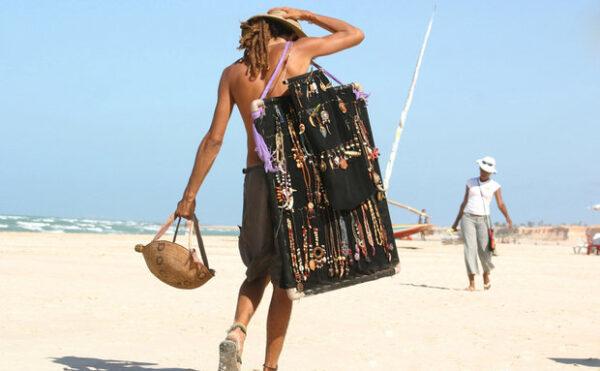 Hippie na Praia de Canoa Quebrada.
