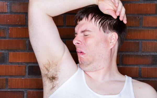 homem-cheirando-sovaco