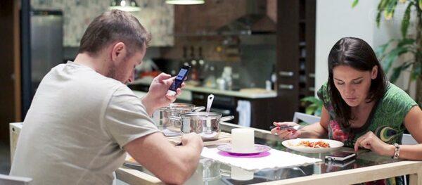 usar-smartphone-na-mesa