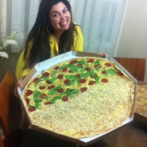 gordinha delicia comendo pizza