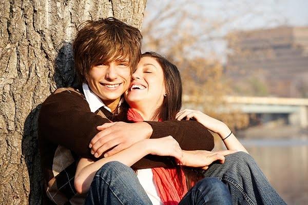 05-03-2014_casal-jovem-abrac3a7ado-na-arvore1[1]