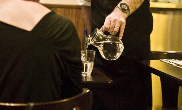 Data da foto: 2010 Garçom servindo água na jarra, no resturante Le Brasserie Jazz.