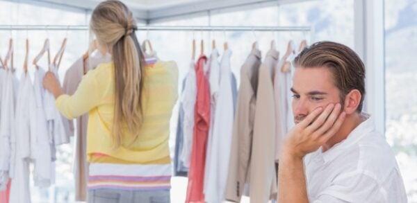 mulher-e-homem-comprando-casal-comprando-compras-casal-casal-no-shopping-center-compras-consumo-imagem-ilustrativa-para-casal-comprando-1394823064612_615x300