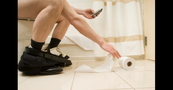 habitos-irritantes-de-quem-tem-celular-vao-de-usa-lo-no-banheiro-a-andar-digitando-veja-1399663433258_956x500