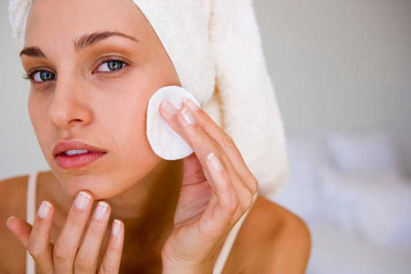 mulher-limpando-rosto-maeteria
