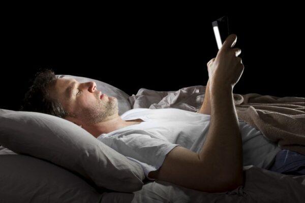 voce-dorme-com-o-celular-perto-depois-de-ler-isto-nao-vai-mais-3