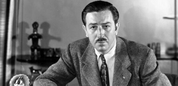 Le cinéaste et dessinateur Walt Disney dans son bureau dans le Walt Disney Studios à Burbank, en Californie, vers 1940