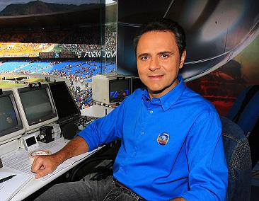 20.04.2007 - Ivo Gonzalez - RTV - Jogo Botafogo x Flamengo no Maracanã pelas finais do campeonato estadual. Luiz Roberto, locutor da Rede Globo na cabine da emissora. 20.04.2007 - Ivo Gonzalez - Luiz Roberto, broadcaster from Globo Networks.