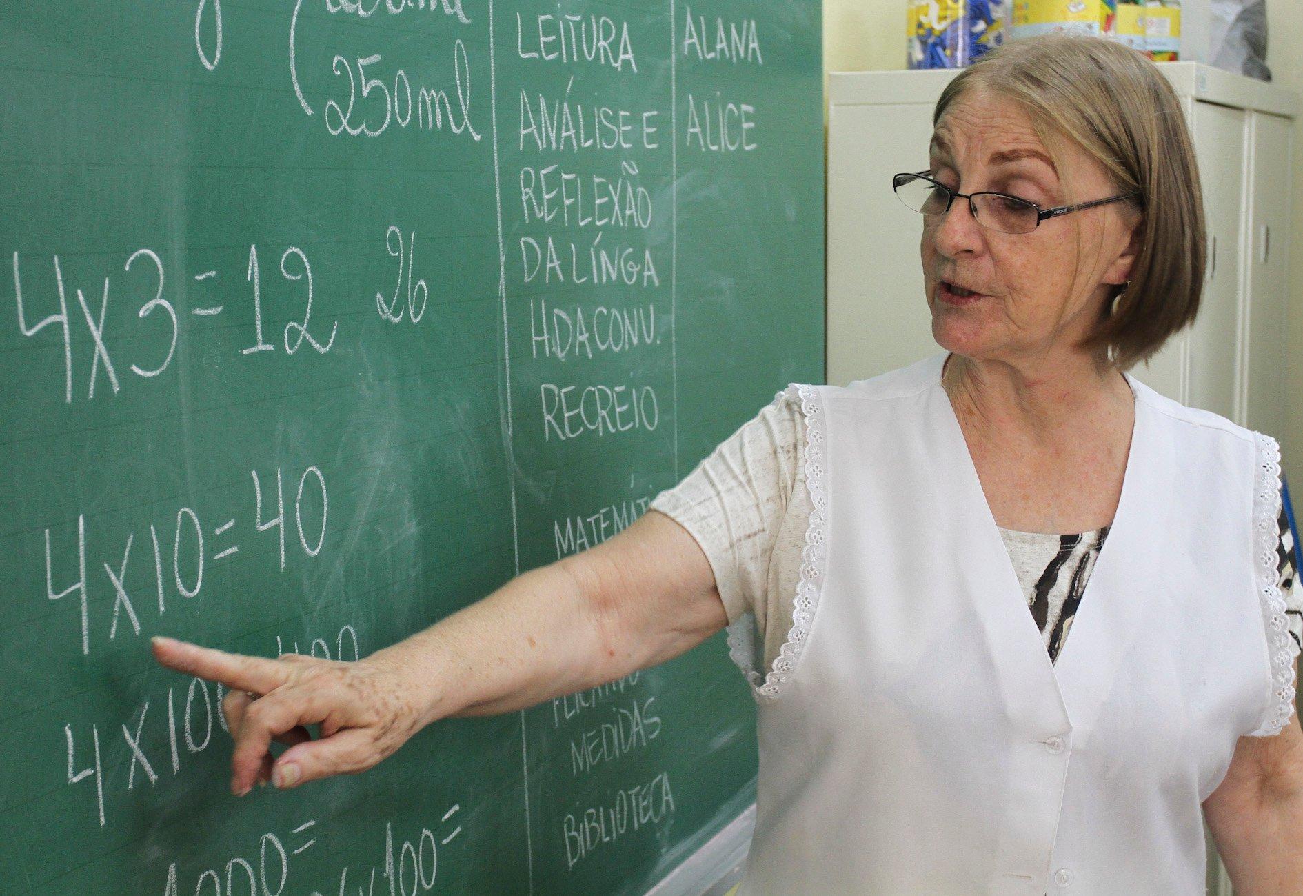 Alunos da E.E. Ludovina Credidio Peixoto, especial professor aulas de matemática, educação física e ciências. Local: São Paulo/ SP Foto: Rafael Lasci/A2 Fotografia Data: 08/10/2012