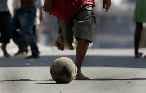 Um garoto joda bola no Recanto dos Humildes, na zona oeste de São Paulo. 20/05/2008.  Foto: NILTON FUKUDA/AE