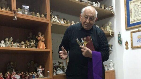 1-frei-vincenzo-taraborelli-recebe-dezenas-de-pessoas-diariamente-em-sala-atras-de-igreja