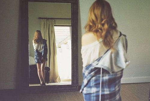 Resultado de imagem para meninas de olhando no espelho