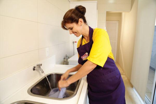 mulher-lavando-roupa