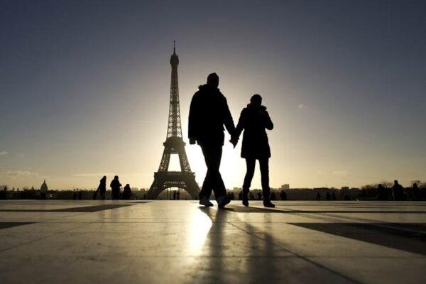 30dez2012-casal-de-turistas-passeia-pelo-trocadero-com-a-torre-eiffel-1356893949834_750x500