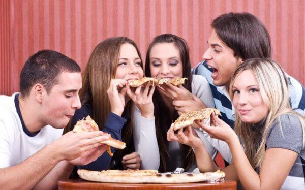 amigos-comendo-pizza