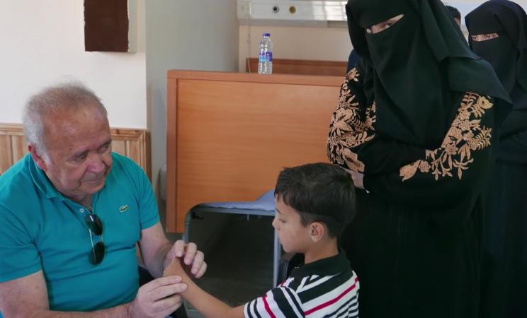 Tem Na Web - Esse médico brasileiro viaja pelo mundo cuidando de crianças vítimas da guerra