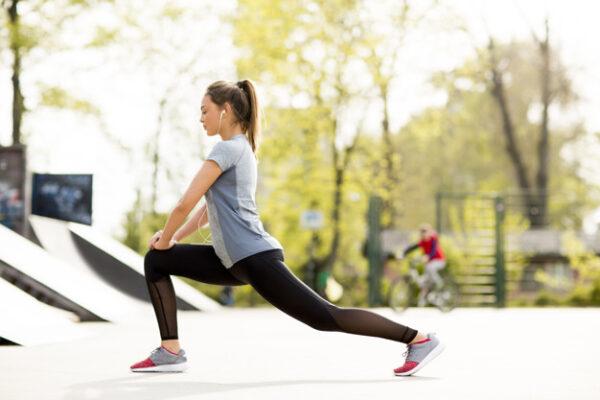 muito jovem exercitando se no parque em um dia ensolarado 52137 163