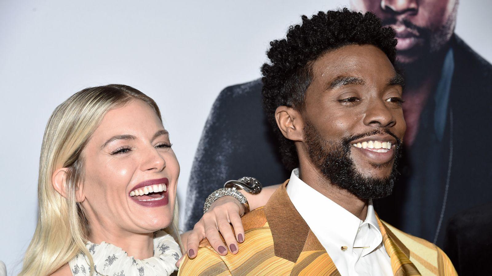 Por que Chadwick Boseman doou parte de seu salário para Sienna Miller?