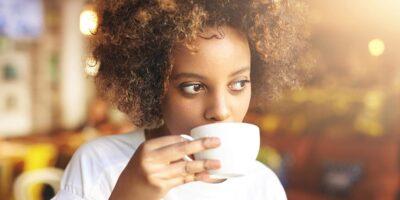 Por que você não deve tomar café em jejum?
