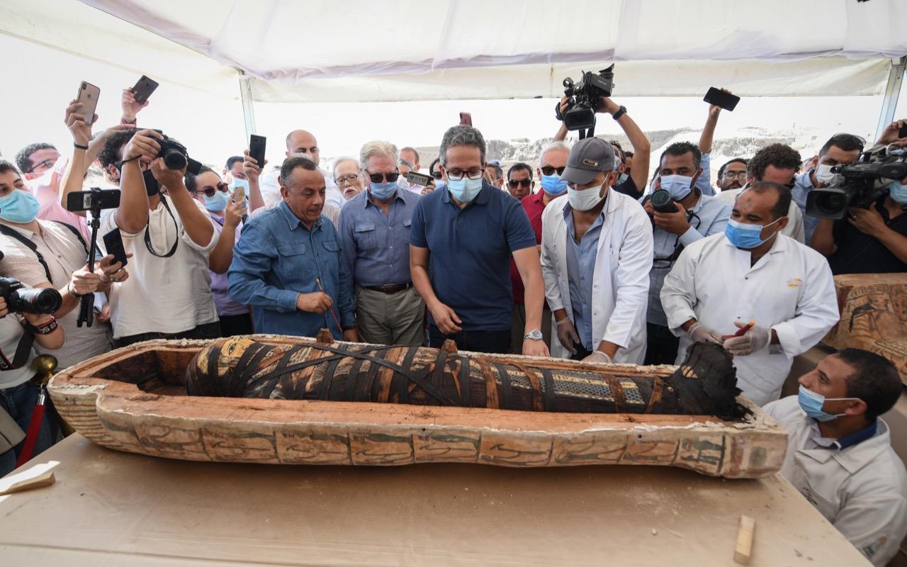 Qual a forma correta de arqueólogos abrirem sarcófagos