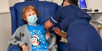 Mulher de 90 anos foi a primeira a ser vacinada contra a novo coronavírus